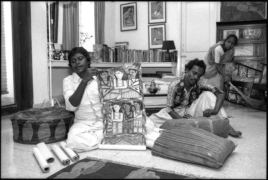 Bards singing in a Calcutta home, 1986