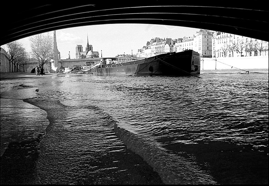 Port de la Tournelle flooded taken from under Pont de Sully, Pont de la Tournelle and Notre Dame, 2000