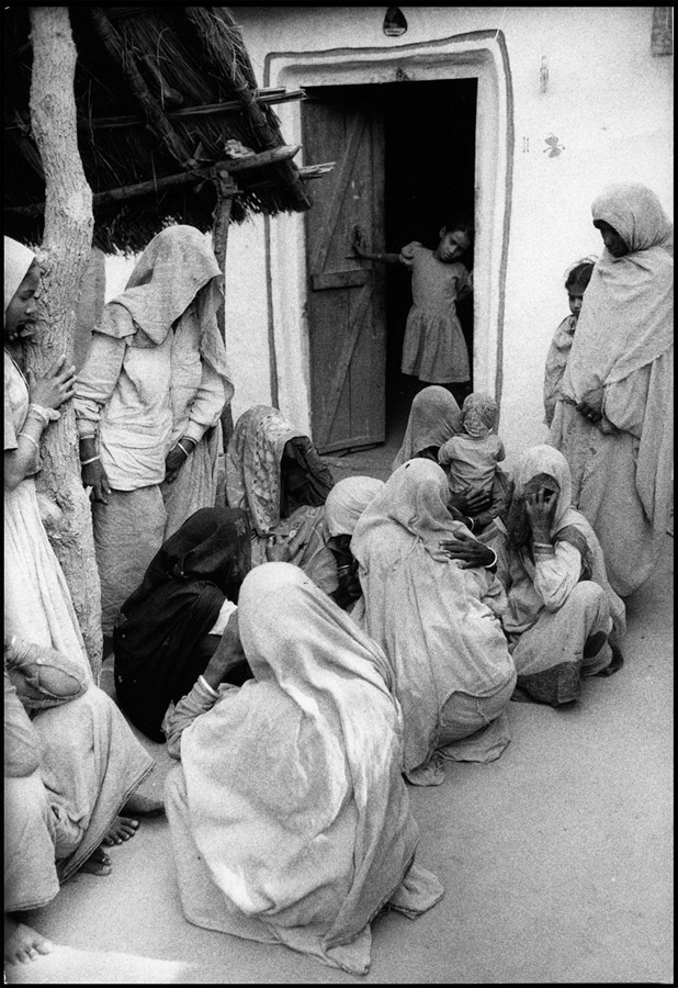 Women mourning, Bharatpur, Rajasthan, 1975