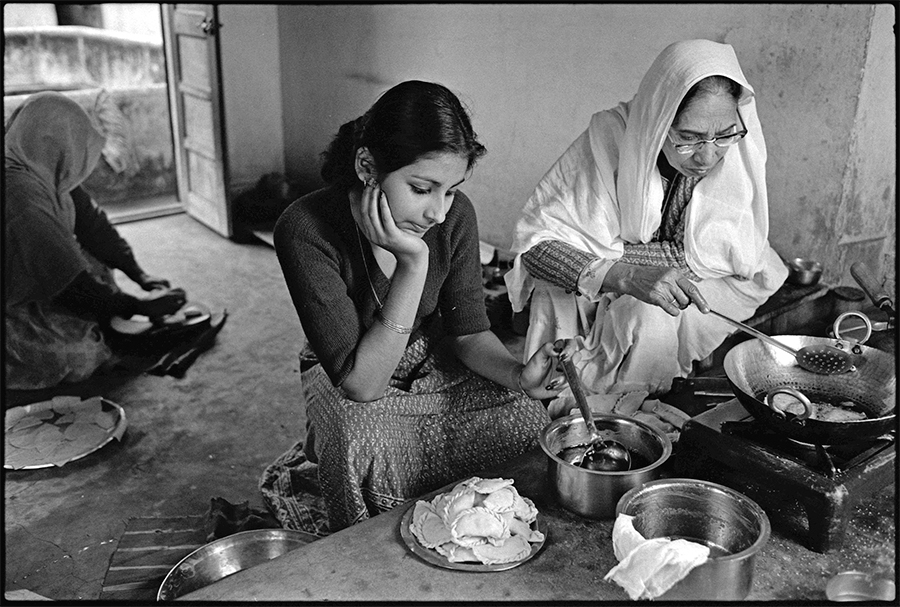 Teenager cooking with her grandmother,  Jaipur, Rajasthan, 1979