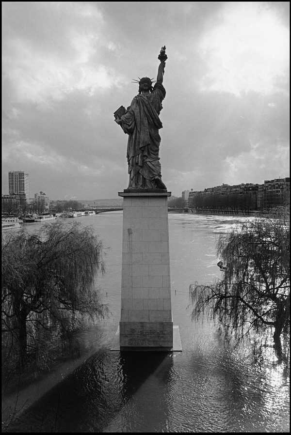 Ile des Cygnes flooded and Statue de la Liberté taken from Pont de Grenelle, 2001