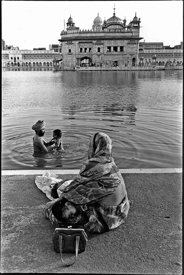 Pilgrims at Golden Temple, Amritsar, Punjab, 1979